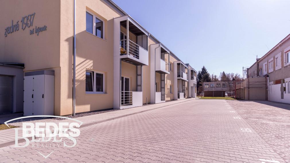 BEDES - PRENÁJOM   Moderná veľkometrážna garzónka v novostavbe Zadná s balkónom